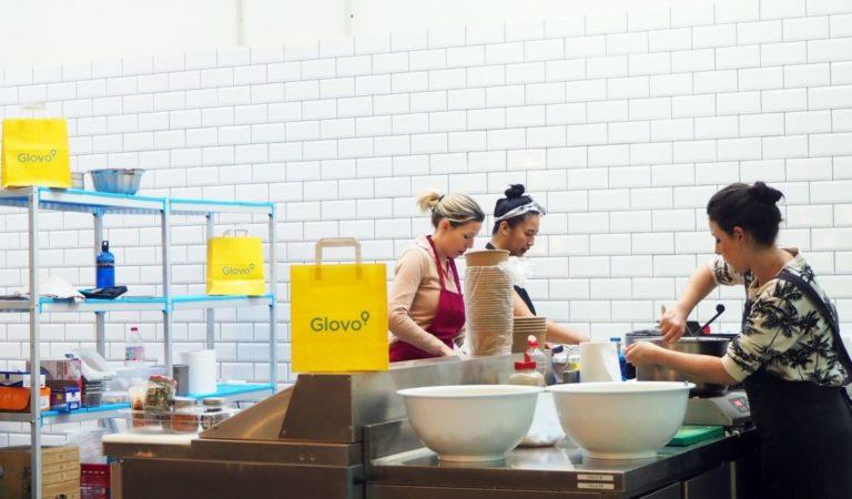 """ما هي """"المطابخ السحابية أو المعتمة"""" Dark Kitchens الصاعدة بقوة بين الشركات الناشئة في توصيل الطعام؟"""