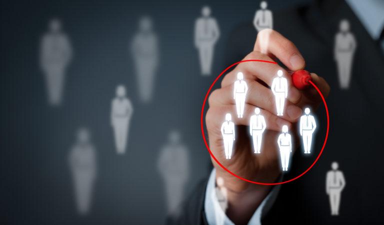 رحلة رائد: 4- كيف يمكن أن نصل للعملاء المستهدفين؟ وكيف نحدد التكاليف ومصادر دخل الشركة بدقة؟